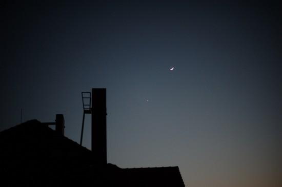 Mond und Venus über den Dächern